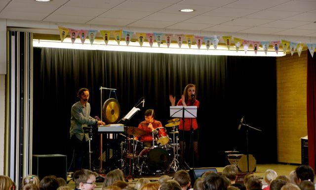 """Die Zauberkofferband - live in Nienburg, GS am Bach  zum """"Tag gegen Rassismus"""""""
